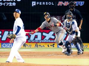 4回無死二、三塁、炭谷が中前に逆転の2点打を放つ(投手・十亀、捕手・森)