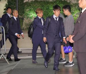 選手宿に到着した(右から)三好康児、伊藤達哉、前田大然