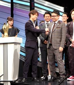 「M―1グランプリ2019開催会見」でボケるミキ・昴生(右)に突っ込みを入れる陣内智則