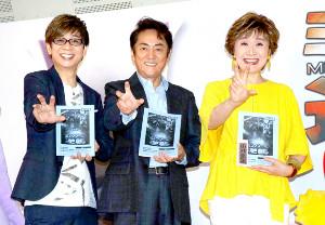 映画「ミュウツーの逆襲 EVOLUTION」の公開アフレコに参加し、ミュウツーの手をまねした(左から)山寺宏一、市村正親、小林幸子
