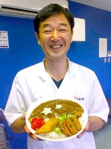 東新軒の「輝星くんカレー」と店主・新川雅久さん