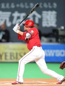 初回先頭打者で三塁打を放つ長野