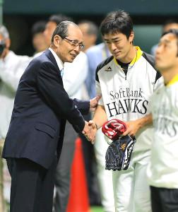 王貞治会長(左)から激励される和田