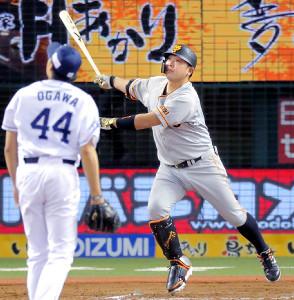 5回2死二塁、阿部慎之助が右翼ポール際へ2ランを放つ