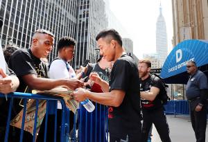 MSG前での公開練習後、米国のファンにサインを求められる堀口恭司