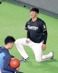 練習前のアップで笑顔を見せる吉田輝