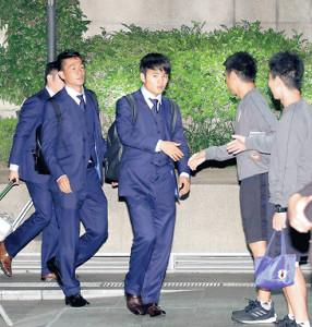 南米選手権のためブラジル入りし、ホテルに到着した久保(左から2人目)ら日本代表イレブン(左は杉岡=カメラ・宮崎 亮太)