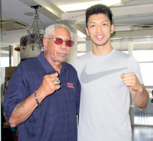 ブラント攻略に向け、村田(右)に戦術面をアドバイスしたトレーナーのケニー・アダムス氏