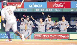 5回、阿部〈10〉の2ランに盛り上がる巨人ベンチのナイン(左2人目から亀井、陽、坂本勇、岡本、山本、大城)