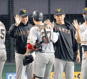 試合に勝利して炭谷(27)らナインを迎える原監督(左)と桜井