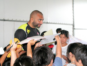 都農東小の児童81人から激励され、サインで応えるリーチマイケル主将
