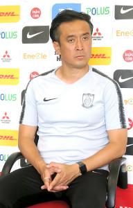 14日の鳥栖戦に向け、取材に応じる浦和・大槻毅監督
