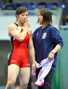 女子62キロ級フリースタイル準決勝第1ピリオドを終え、セコンドの姉・川井梨紗子(右)から声をかけられる妹の友香子
