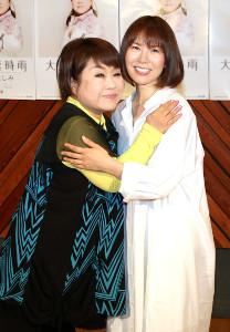 天童よしみ(左)は楽曲を提供した半崎美子とハグ