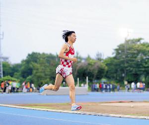 競技会で力走する新井。左足首にはテーピングを施している(カメラ・宮崎 亮太)