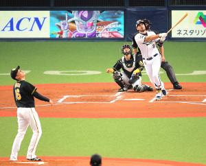 初回2死一塁、ロメロは先制の中越え2ラン本塁打を放つ(投手・西)