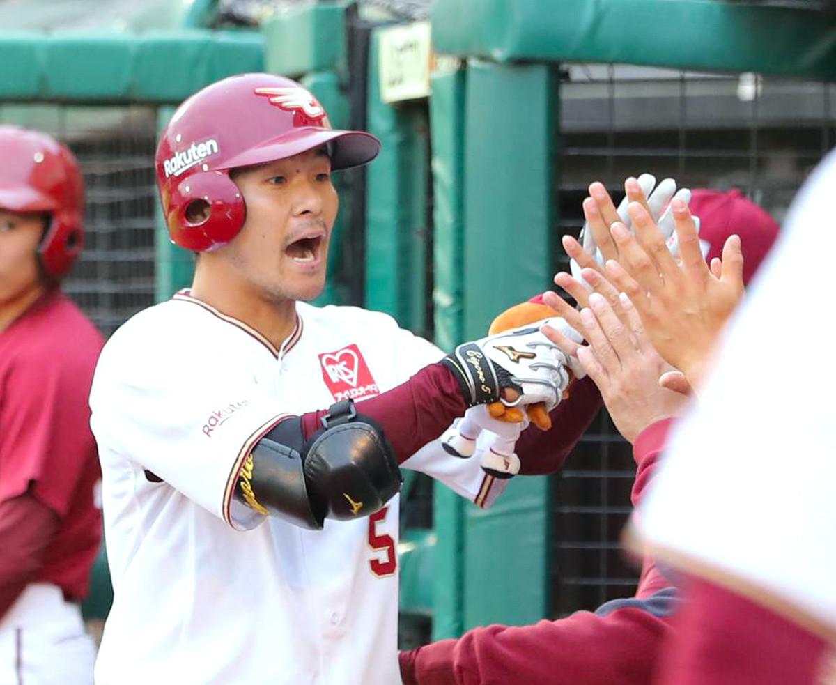 1回無死、先頭打者本塁打を放ち、ナインとタッチする茂木栄五郎