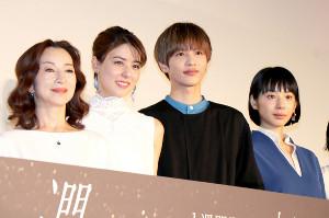 舞台あいさつに登壇した(左から)原田美枝子、藤井美菜、志尊淳、夏帆