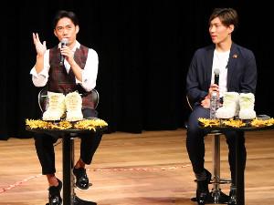 倉敷市でトークショーを行う、フィギュア男子の高橋大輔(左)と田中刑事