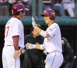 2回無死、太田光はプロ初本塁打を放ち、平石洋介監督(中央)らとタッチ