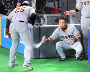 4回1死一塁、大城卓三の右翼線への二塁打で生還した一塁走者・岡本和真に、コールドスプレーを吹きかける亀井善行(カメラ・上村 尚平)