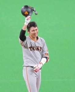 5回2死、自身の打球を好捕した大田泰示に、ヘルメットをとって敬意を表した坂本勇人(カメラ・上村 尚平)