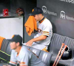7回2死一塁、王柏融に2ランを打たれて降板した高木京介は、ベンチで悔しそうに汗をぬぐった(カメラ・上村 尚平)