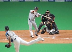 9回2死二塁、右中間に適時二塁打を放つ重信慎之介(投手・ロドリゲス)(カメラ・池内 雅彦)
