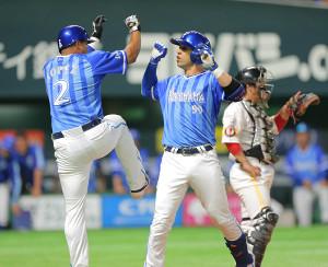6回1死満塁、勝ち越しの右越え満塁本塁打を放ち、ロペス(左)とハイタッチするソト