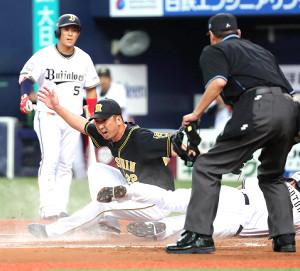 8回2死満塁、藤川球児(左から2人目)の暴投で三塁から後藤駿太が同点の生還