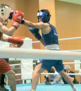 世界選手権代表選考会で森坂嵐(左)に左ジャブを放つ堤駿斗