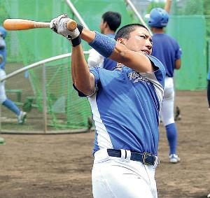 真剣な表情で打撃練習を行う東農大北海道・松本