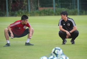 練習後、川島永嗣(左)と話し込む森保一監督(カメラ・宮崎 亮太)
