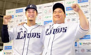 お立ち台で笑顔の高橋光(左)と中村