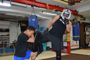 公開練習で蹴りを披露するスーパー・タイガー
