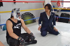 カシンの要求に困惑するスーパー・タイガー(左)と平井代表