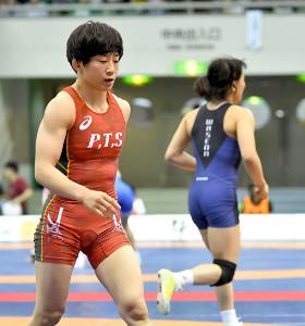 準々決勝で敗れた入江ゆき(左)