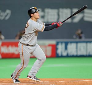 4回1死、右翼へ飛び込む12号ソロ本塁打を放った岡本和真