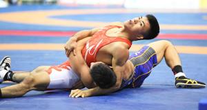 男子60級グレコローマンスタイル準決勝で清水早伸を攻める文田健一郎