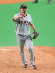8回無死一塁、田中賢介の捕邪飛の打球で小林に指示を出す山口俊