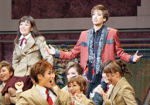 宝塚歌劇花組公演「花より男子」の一場面。道明寺司(柚香光、右)と牧野つくし(城妃美伶)