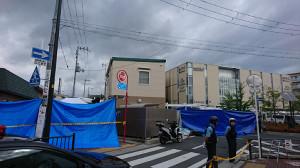 警察官が刺され、拳銃を奪われた千里山交番(中央の2階建て)。右奥はスーパーマーケットの入る複合商業施設