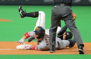 2回2死一、三塁、鶴岡のけん制球にヘッドスライディングで三塁に戻る炭谷