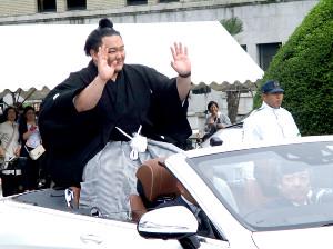 夏場所で優勝した朝乃山が故郷・富山で凱旋パレードを行った