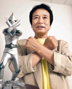 スポーツ報知のインタビューに応じ、ミラーマンのフィギュアとともに変身ポーズを決めた石田信之さん(2013年)