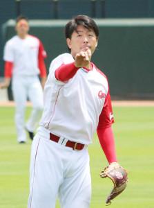 キャッチボールをする誕生日の広島・大瀬良