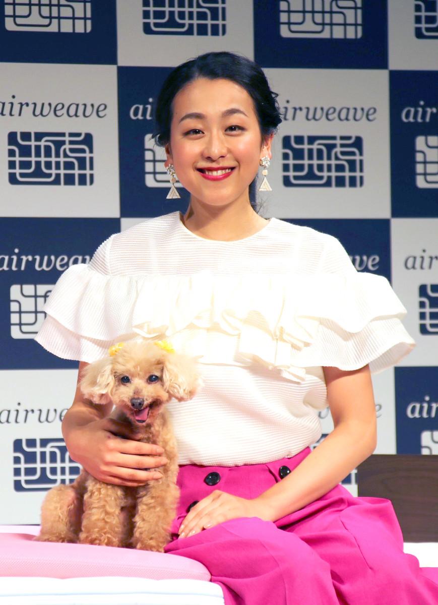 「エアウィーヴ」のCMに愛犬のエアロと登場した浅田真央さん