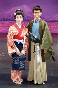 「壬生義士伝」の新人公演を終え、笑顔を見せる彩海せら(右)と彩みちる