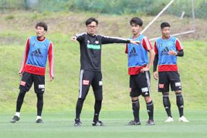 17日の練習で選手たちに指示を出す渡辺監督(左)