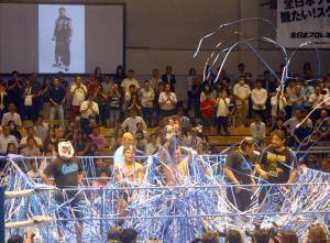 青い紙テープでリングが埋まった青木篤志追悼セレモニー